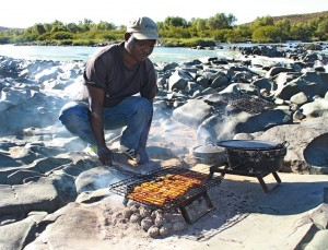 Ricky cooks rashers for breakfast on Orange River trip/